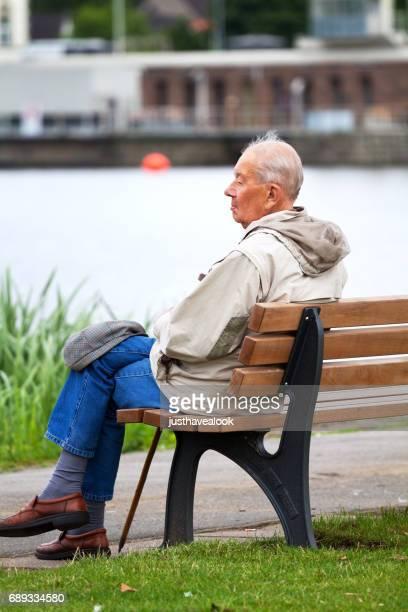Ältere Mann sitzt an Ruhr