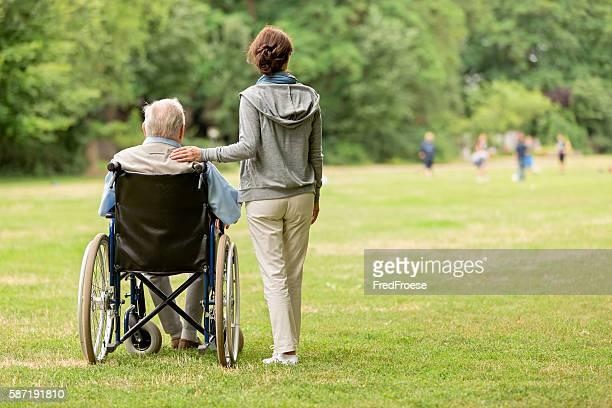 老人男性が座って、車椅子に介護