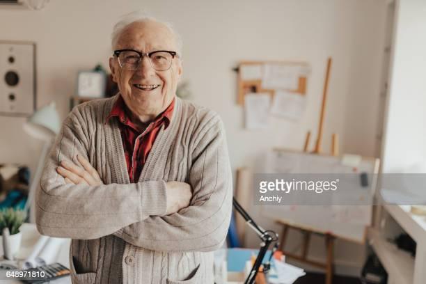 Älterer Mann lächelnd in die Kamera
