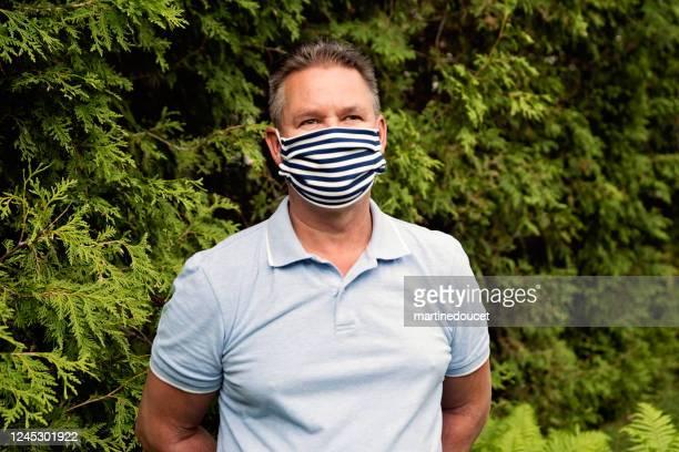 """homem sênior sorrindo behing elegante máscara facial protetora. - """"martine doucet"""" or martinedoucet - fotografias e filmes do acervo"""