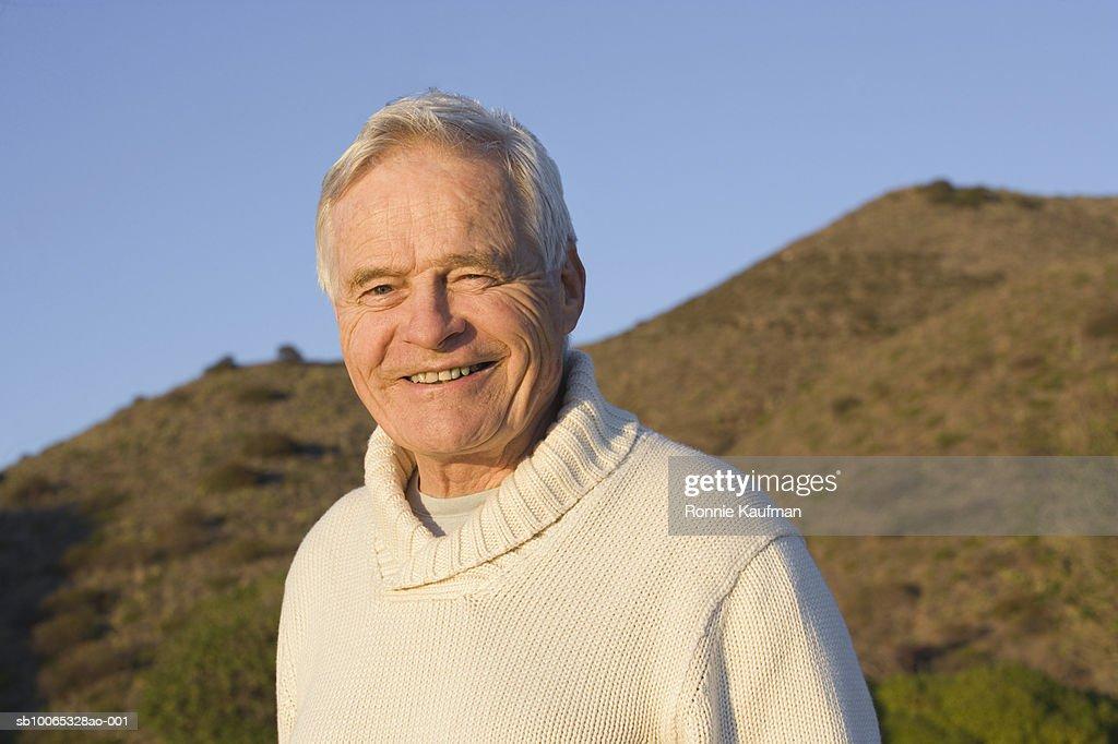 Senior man smiling, close-up : Foto stock