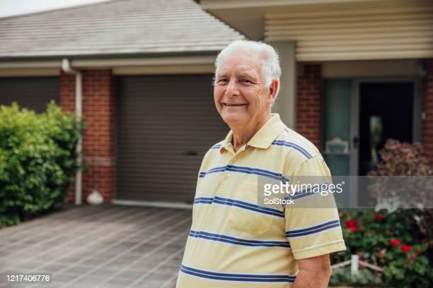 hogere mens het glimlachen - alleen één man stockfoto's en -beelden