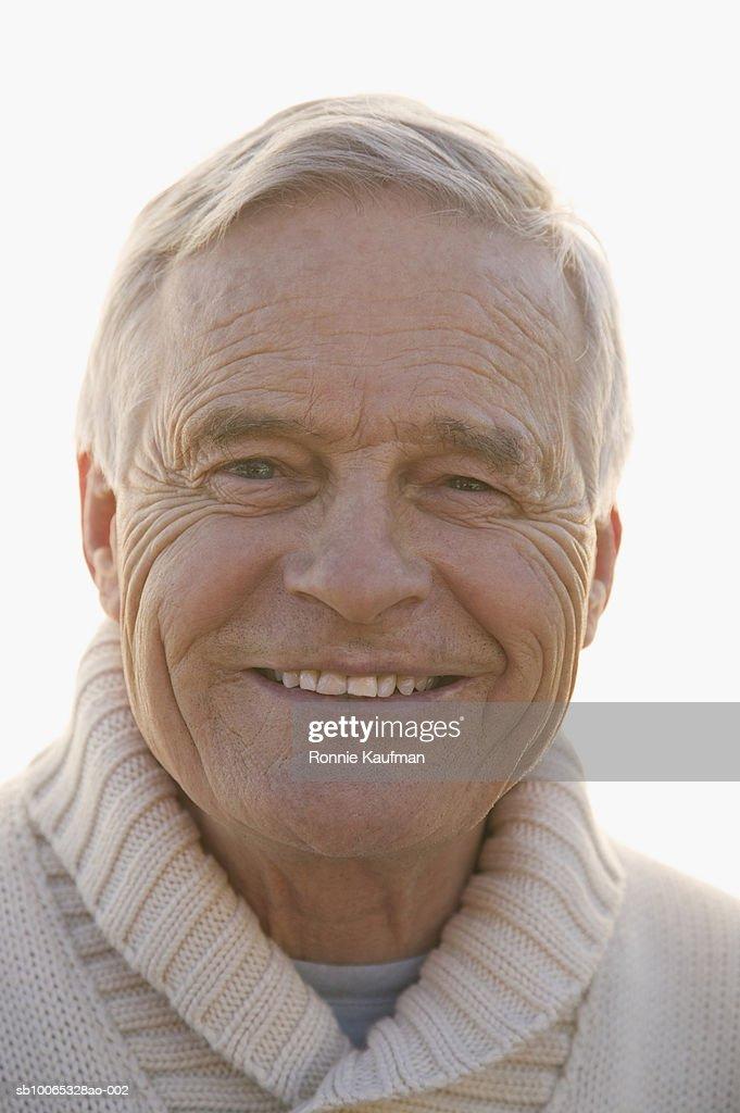 Senior man smiling, portrait, close-up : Foto stock