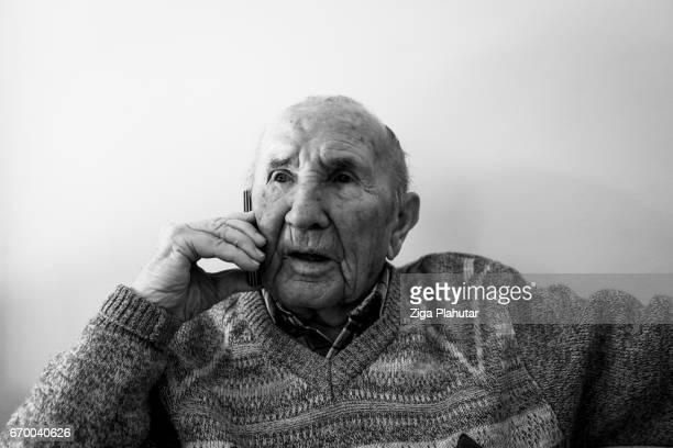 Senior Hombre hablando por teléfono