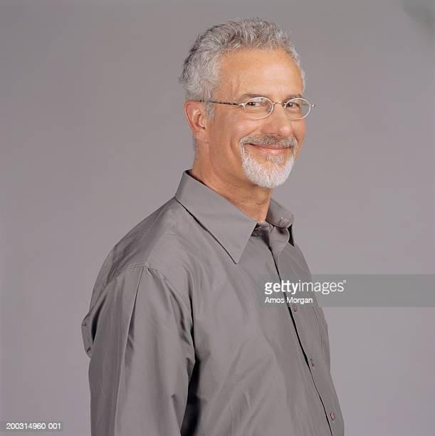 senior man standing in studio, portrait - cadrage à la taille photos et images de collection