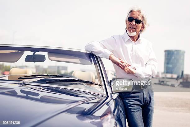 Alter Mann stehen neben Cabrio Oldtimer