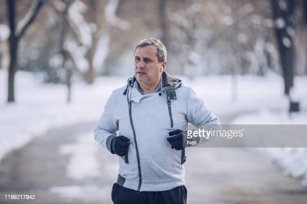 senior-mann bleibt in form - sportsperson stock-fotos und bilder