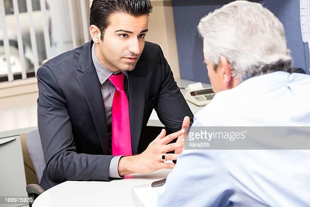 Alter Mann spricht eine financial advisor oder Bankschecks