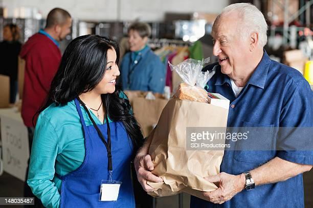 Senior homme parler à la Don Bénévole