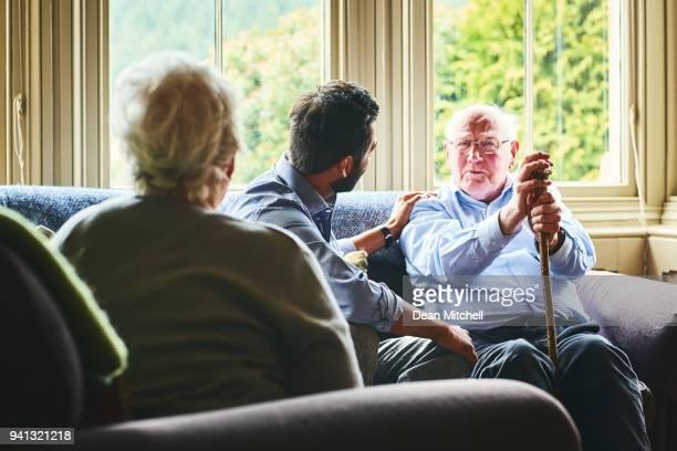 Senior hombre hablar con el médico en casa, visite