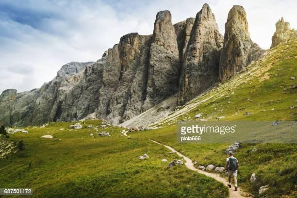 Senior man trail wandelen op de hoge berg