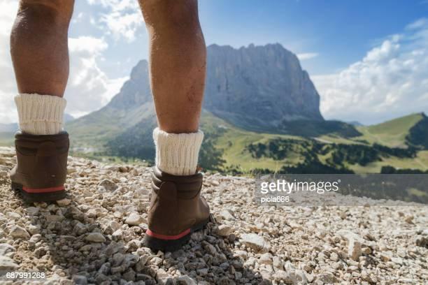 Senior man trail wandelen over de Alpen