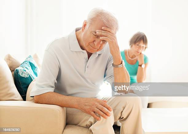 Senior hombre molesto mientras que mujer relojes