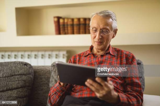Senior woman mit digital-Tablette zu Hause