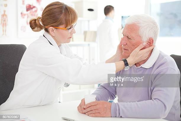 homem sênior visitar médico. - crânio - fotografias e filmes do acervo