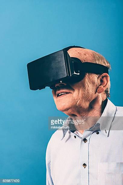 Alter Mann Uhren Inhalte durch VR Gläser