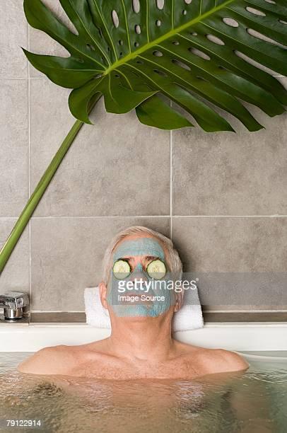 老人男性の顔マスクを着