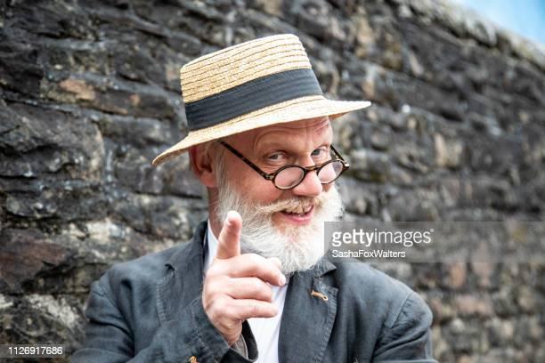 senior man met stro boater en brillen - strohoed stockfoto's en -beelden