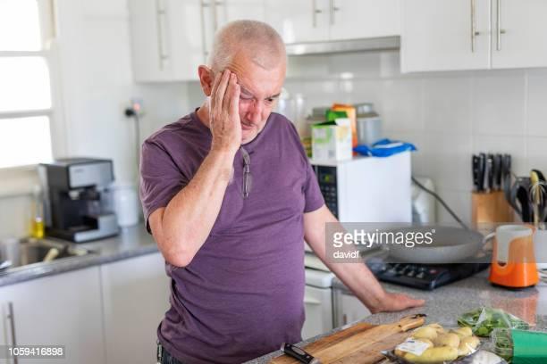 ältere menschen mit kopfschmerzen - einzelner senior stock-fotos und bilder