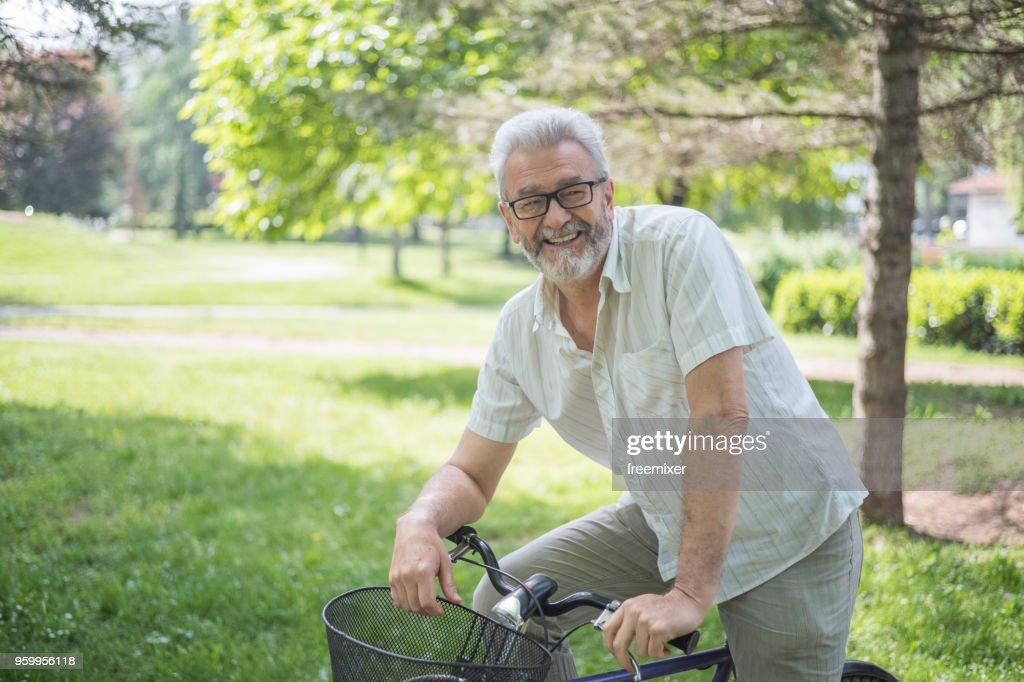 Alter Mann mit dem Fahrrad : Stock-Foto