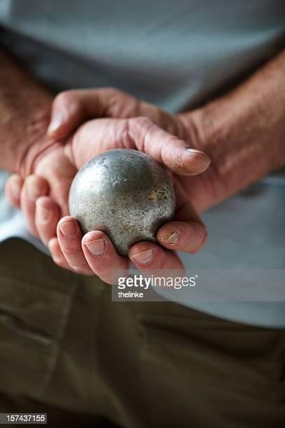 Senior homme avec de pétanque bowle dans ses mains