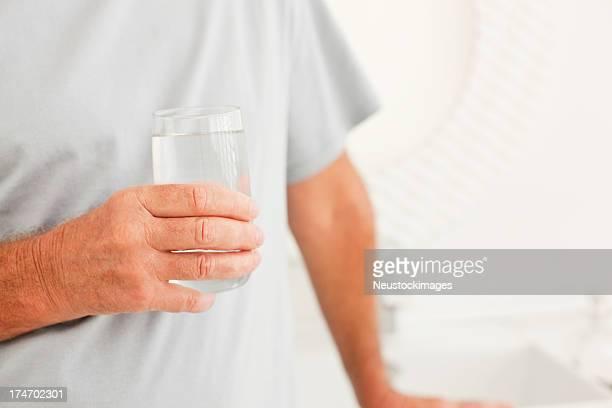 老人男性、水の