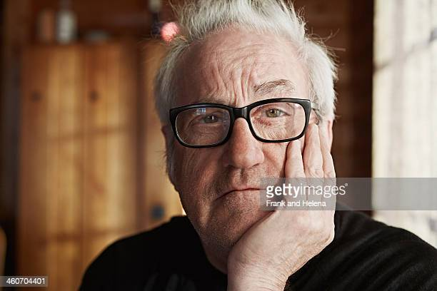 senior man with grey hair and glasses - 65 69 jahre stock-fotos und bilder