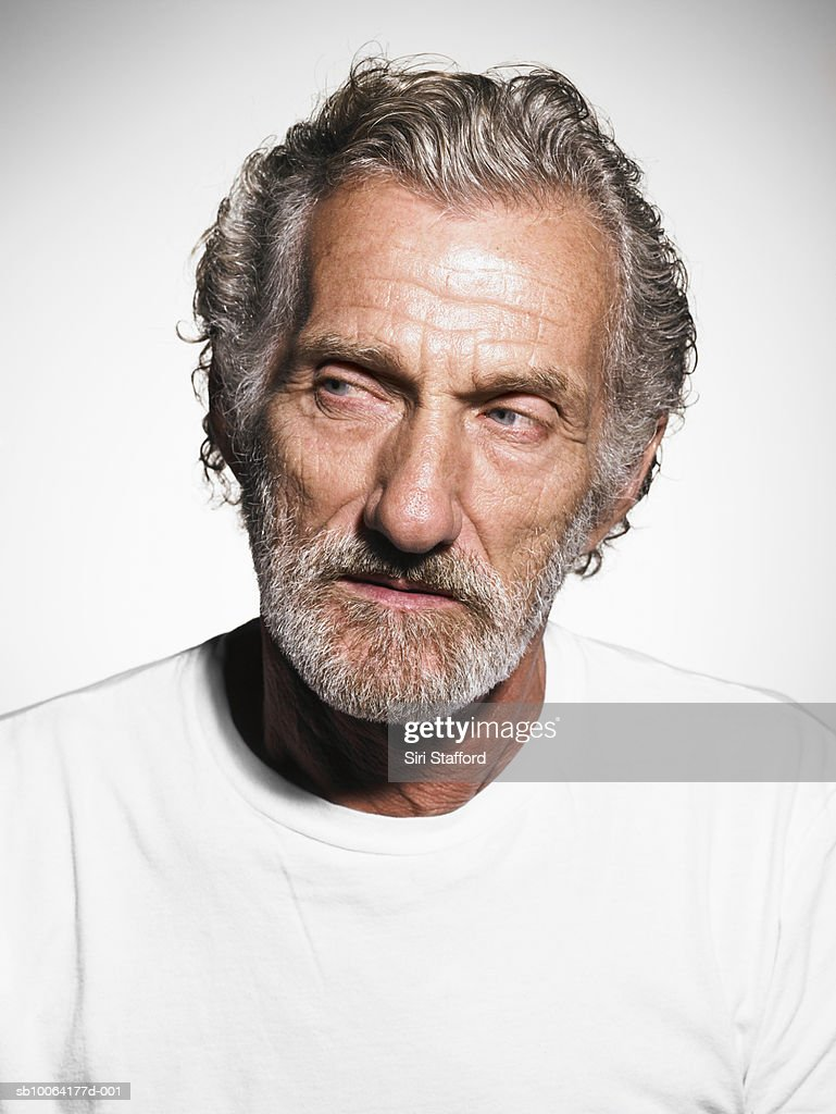 Senior man with greyhair and beard wears white t-shirt, close-up : Stock-Foto
