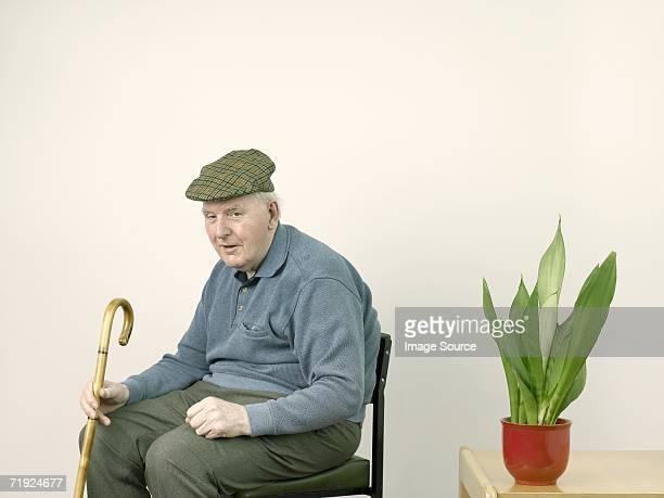 senior man with houseplant - boina masculina - fotografias e filmes do acervo