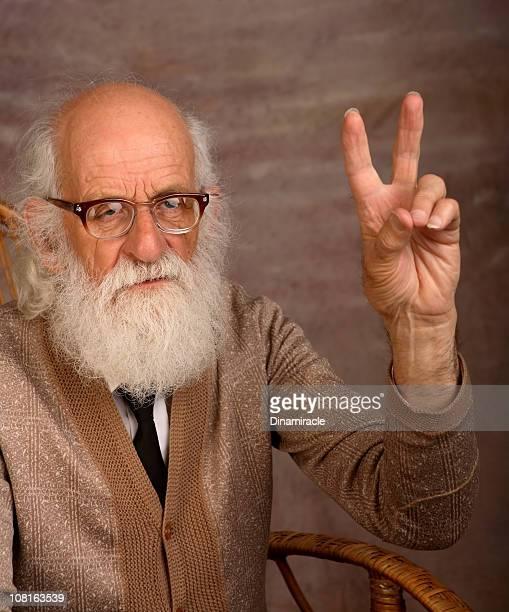 Alter Mann mit langem Bart, die Peace-Zeichen