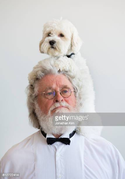 senior man with look alike dog. - descrever imagens e fotografias de stock