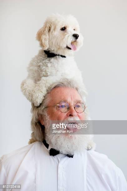 senior man with look alike dog. - representar fotografías e imágenes de stock