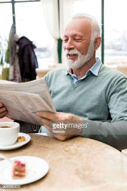 alter mann mit zeitung - einzelner senior stock-fotos und bilder