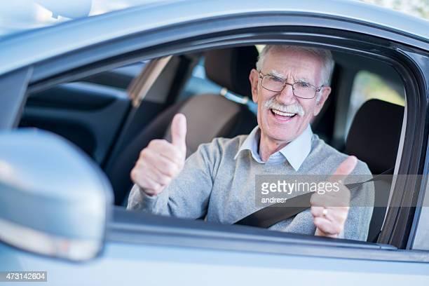 老人男性、親指を立てる駆動車