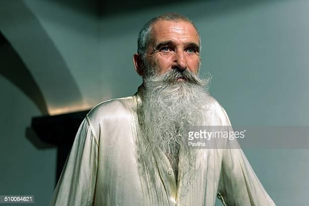 Uomo anziano con la barba bianca in cantina, Europa