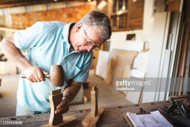 homem sênior que trabalha em uma carpintaria. - finanças e economia - fotografias e filmes do acervo
