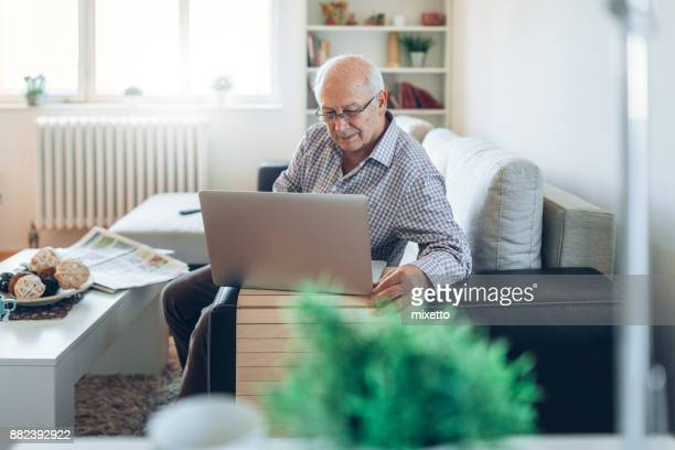 Ältere Mann arbeitet la ap obenauf