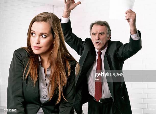 Senior manager Wütende an seinem Sekretär