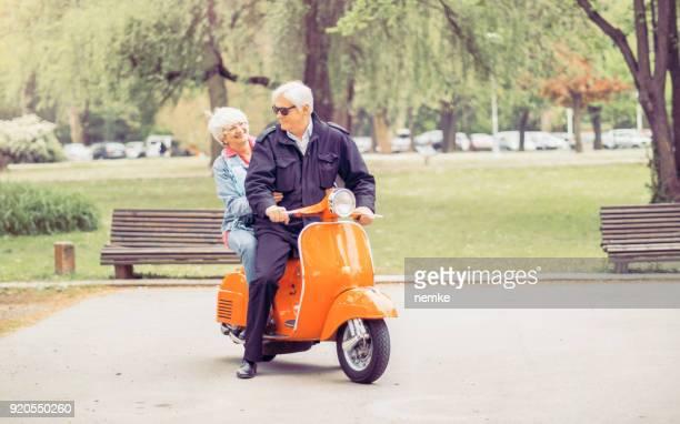 femme mature senior et homme au volant d'une moto - moto humour photos et images de collection