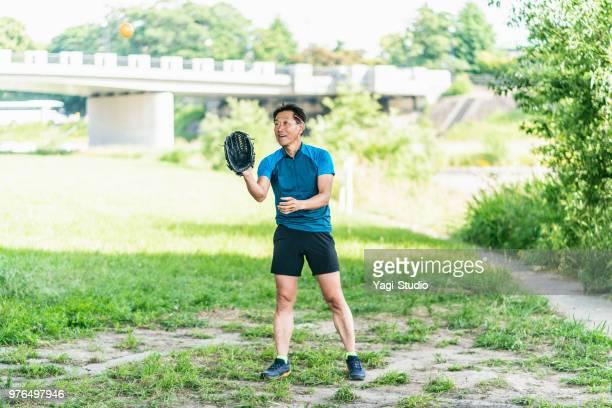 Senior masculino disfrutando de catchball