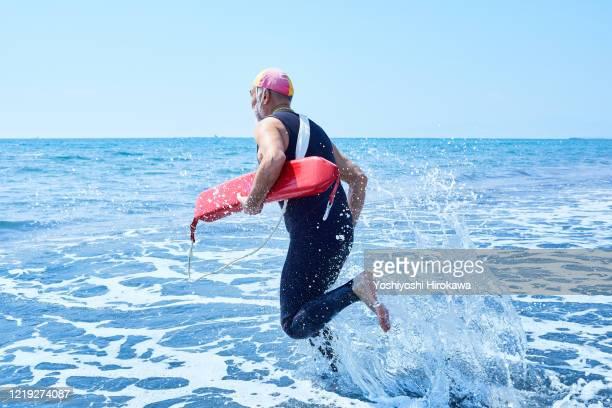 senior men in lifesaving training - redding sporten stockfoto's en -beelden