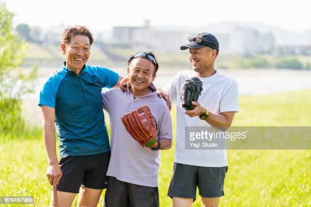 シニア男性野球後の芝生でリラックス - 朗らか ストックフォトと画像
