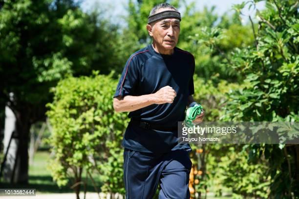senior men running strongly - anstoß sportbegriff stock-fotos und bilder