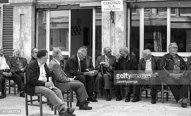 hombres mayores socializar en plaza en sicilia - sicilia fotografías e imágenes de stock