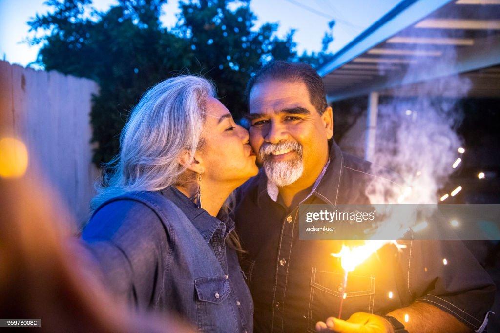 Älteres mexikanischen paar halten Wunderkerze während der Einnahme ein Selbstporträt : Stock-Foto
