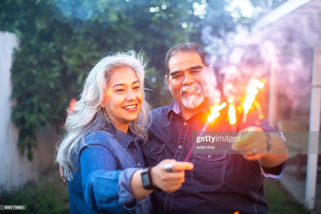 Senior mexikanischen paar Wunderkerzen zusammenhalten : Stock-Foto