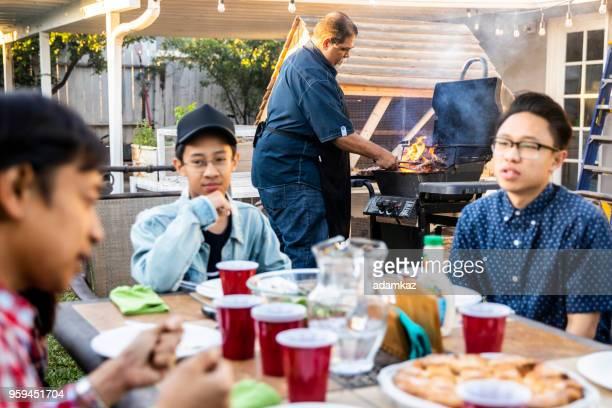 Senior mexikansk Man grilla biffar