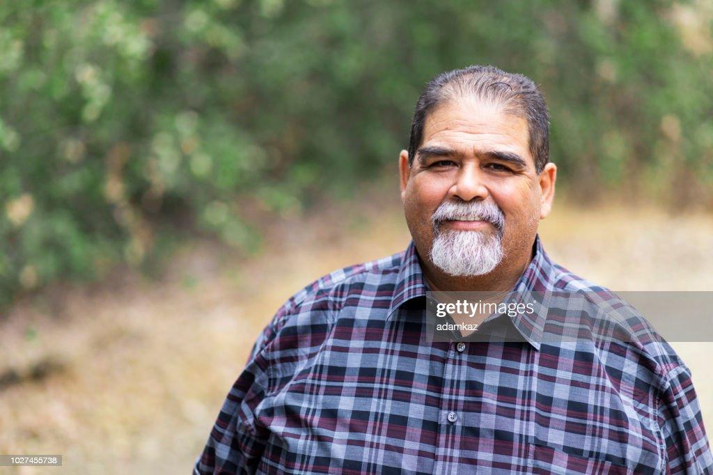 笑みを浮かべてメキシコの年配の男性 : ストックフォト