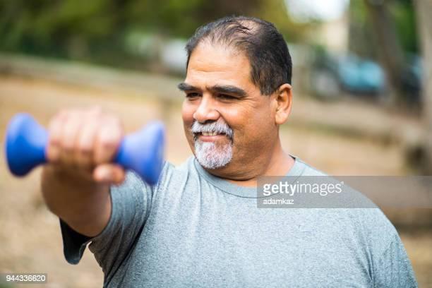 Senior mexikansk Man tränar styrketräning