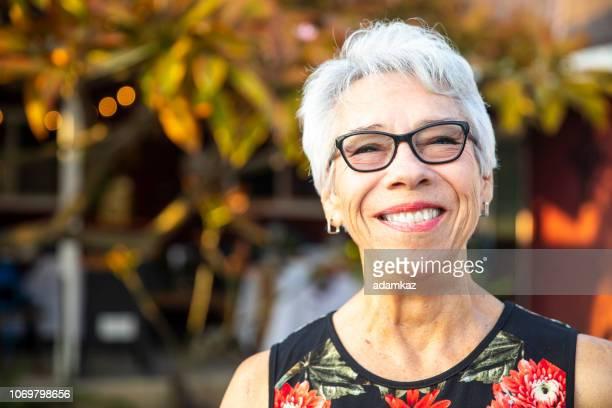 年配のメキシコ女性の肖像画の笑顔 - テスティモニアル ストックフォトと画像